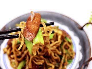 营养又养胃的快手火腿肠芹菜炒面,来一张图片诱惑你。