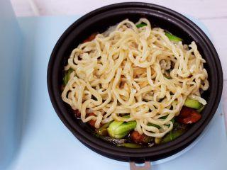 营养又养胃的快手火腿肠芹菜炒面,这个时候把煮熟的面条放入锅中。