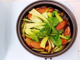 营养又养胃的快手火腿肠芹菜炒面,继续翻炒至芹菜和小油菜变色。