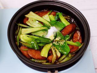 营养又养胃的快手火腿肠芹菜炒面,最后加入花椒粉后,继续用锅铲把所有食材和调料翻炒均匀。