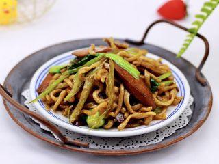 营养又养胃的快手火腿肠芹菜炒面,每次做完都光盘哟。
