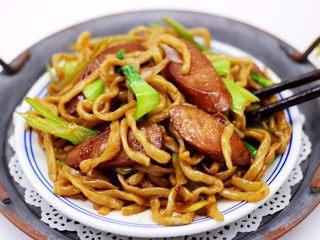 营养又养胃的快手火腿肠芹菜炒面,好吃又快手。