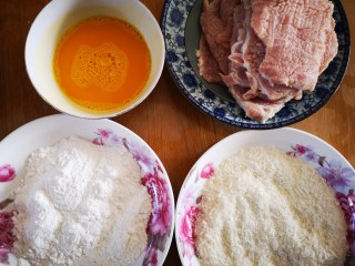 #猪里脊#炸猪排,准备蛋液、玉米淀粉、面包糠