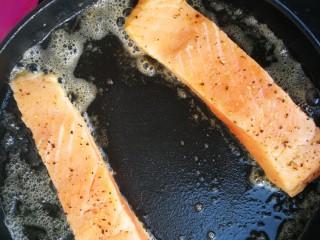 香煎三文鱼#年年有余#,黄油彻底融化,放入三文鱼不要马上翻面儿,底部变硬能铲动再翻。