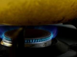 暖胃鲜虾粥,寒冷的冬日来上这么一碗,暖胃又暖心,烧开,加盖转中小火熬煮。