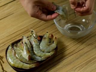 暖胃鲜虾粥,寒冷的冬日来上这么一碗,暖胃又暖心,虾洗净去头开背,挑去虾线、剥去虾壳。