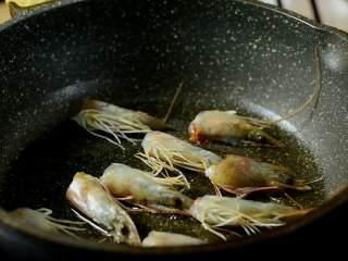暖胃鲜虾粥,寒冷的冬日来上这么一碗,暖胃又暖心,虾头吸干水分,小火煎出虾油。