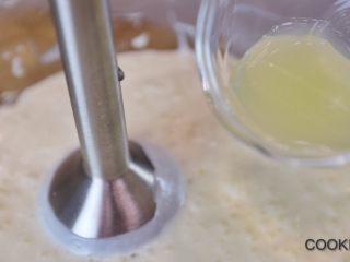 百香果蜂蜜酸奶慕斯,加入柠檬汁搅拌均匀