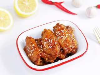 蜜汁鸡翅,出锅摆盘,撒上少许白芝麻。