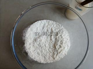 大吉大利母子猪馒头,温水溶解酵母和糖