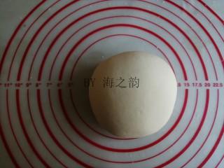 大吉大利母子猪馒头,酵母水倒入面粉里,揉成光滑的面团