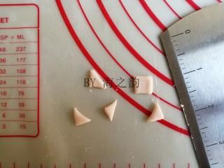 大吉大利母子猪馒头,将粉色面团揪出一点,擀成面片,切成正方形,再对角切,共切出10个三角形,用来做5只小猪的耳朵