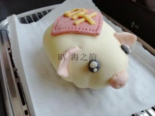 """大吉大利母子猪馒头,粘在上面,这样猪耳朵就能立起来。再做出眼睛、猪鼻和猪尾,将""""吉""""字粘在猪身上"""