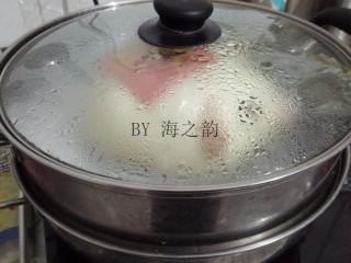 大吉大利母子猪馒头,在温暖处醒发15分钟,大火转中火蒸15分钟左右。时间到关火,继续焖5分钟再开盖