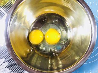 【爆浆芝士】紫薯仙豆糕,盆内打入两个鸭蛋,打散