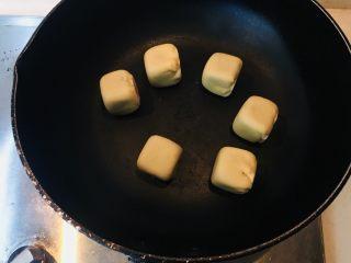【爆浆芝士】紫薯仙豆糕,平底锅加热,无需放油,直接放入烘制(六面都需要烘烤上色)