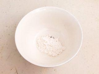 家常红烧金鲳鱼,碗里加入玉米淀粉