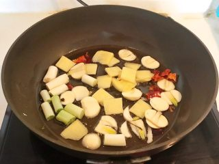 家常红烧金鲳鱼,加入姜片,蒜片和葱段,炒出香味