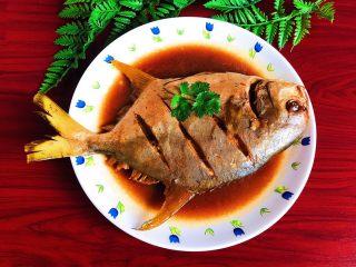 家常红烧金鲳鱼,加一片香菜点缀一下