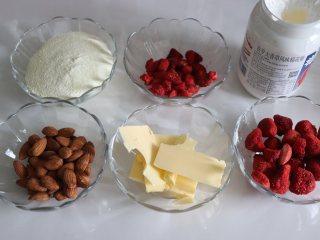 草莓牛轧糖,酸甜美味新年糖,准备食材。草莓脆取20克,碾成粉末或者碎末。