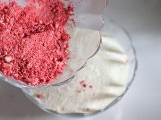 草莓牛轧糖,酸甜美味新年糖,草莓粉和奶粉混合匀。坚果干果放置到一个容器混合匀