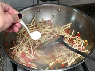 碧叶琼枝烟火香➕鱼腥草蒜苗炒腊肉,加入少许白糖提鲜,翻炒均匀