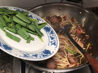 碧叶琼枝烟火香➕鱼腥草蒜苗炒腊肉,转大火,加入蒜叶,翻炒均匀,尝下咸淡,如果觉得淡,可以加入少许食盐调味。剁椒酱肉都比较咸,盐一定不要加多了。