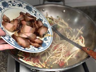 碧叶琼枝烟火香➕鱼腥草蒜苗炒腊肉,加入酱肉,翻炒一分钟,如果怕肥腻的,可以先煸炒腊肉,煸出多余油脂盛出一部分,再加入姜蒜煸香