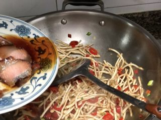 碧叶琼枝烟火香➕鱼腥草蒜苗炒腊肉,翻炒中可以加入一些酱肉蒸出来的汤汁,继续翻炒
