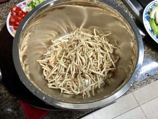 碧叶琼枝烟火香➕鱼腥草蒜苗炒腊肉,鱼腥草择去老根和须,掰成小段,清水淘洗干净,控水备用
