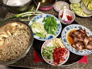碧叶琼枝烟火香➕鱼腥草蒜苗炒腊肉,全部食材改刀准备好,开始下锅烹饪