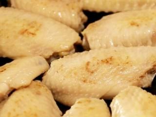 可乐鸡翅,煎至鸡翅两面金黄,放入姜片和葱结。