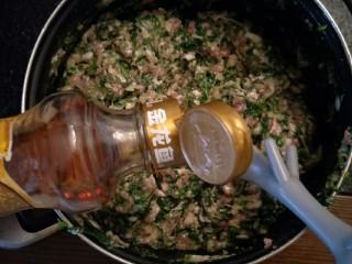 鸡汁荠菜百叶包✨,混合后加入香油调味。