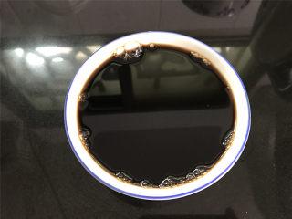 红糖发糕,先把90克红糖用260克热水搅拌至红糖融化,放晾后待用。