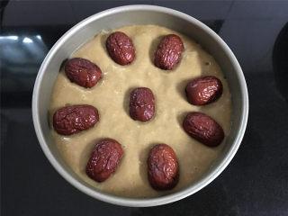 红糖发糕,把准备好的红枣清洗干净后,铺在面糊表面。