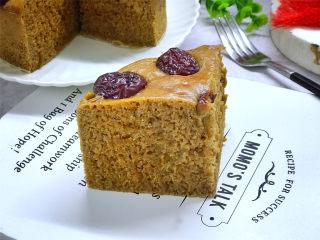 红糖发糕,蒸好后取出稍放晾即可脱模,趁热吃,蓬松暄软,Q弹香甜特别好吃。