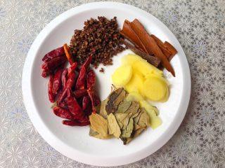 大锅卤水,把干辣椒、花椒、桂皮、香叶冲洗干净,沥水待用,把生姜去皮,清洗干净切成姜片待用。