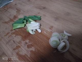 西兰花炒平菇,蒜苗切断,葱切碎。