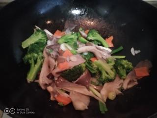西兰花炒平菇,翻炒均匀。