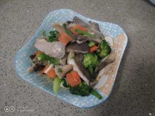 西兰花炒平菇,盛入盘中。