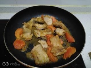 西红柿炖鱼块,倒入炸过的鱼块。