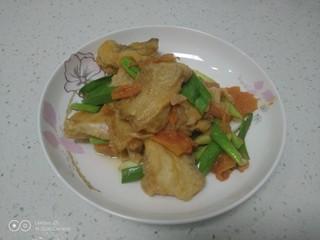 西红柿炖鱼块,盛入盘中。