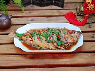 #年年有鱼#红烧红石斑,盛出装盘,撒上香菜,泡好的枸杞点缀。