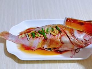 #年年有鱼#红烧红石斑,均匀淋上蒸鱼豉油,按个人口味撒上盐,腌制30分钟。