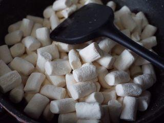 奥利奥雪花酥,然后放入棉花糖小火融化,用锅铲与黄油翻拌均匀