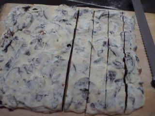 奥利奥雪花酥,最后用面包刀切成小方块,密封包装