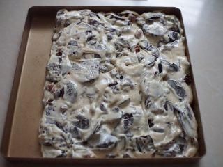 奥利奥雪花酥,再翻拌均匀的糖倒入烤盘里,用锅铲轻轻压实压平