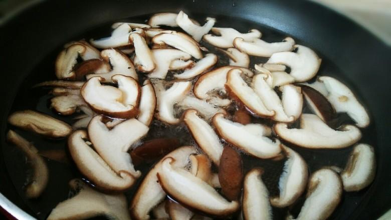 #猪年#五花肉炒香菇,锅中烧开水,放入香菇焯水