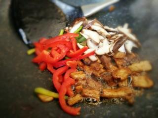#猪年#五花肉炒香菇,放入青红椒和香菇