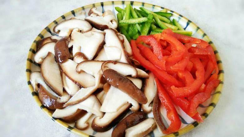 #猪年#五花肉炒香菇,青红椒切丝备用,香菇捞出拔凉控水备用